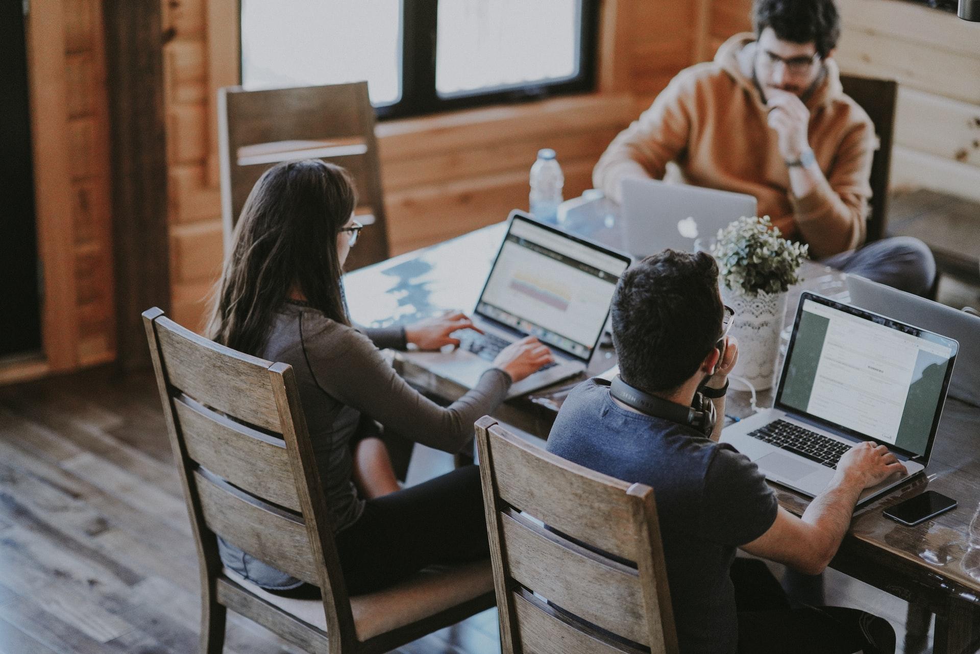 コワーキングスペースでプログラミングの勉強をする人たち