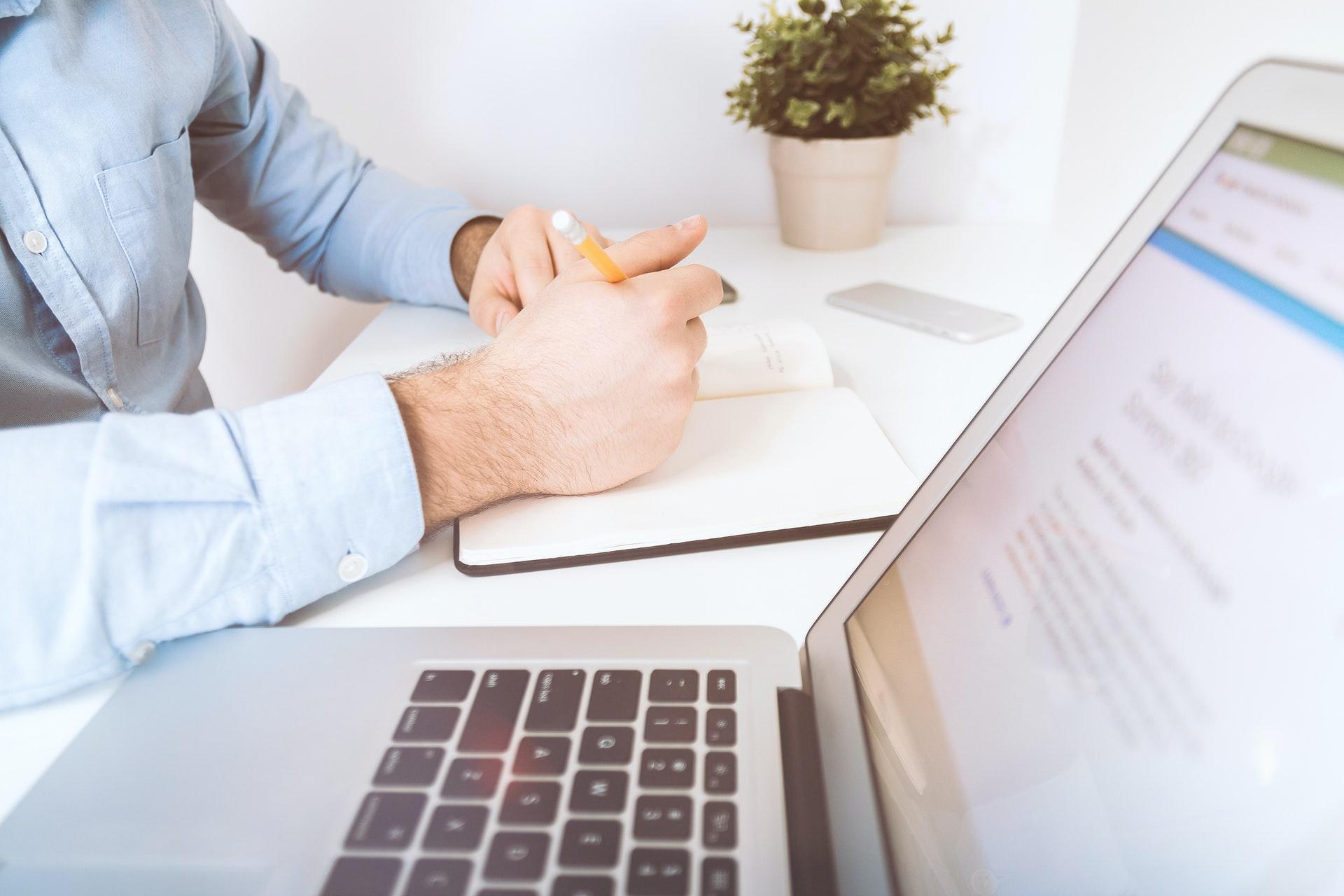 パソコンを前にオンラインで勉強する姿