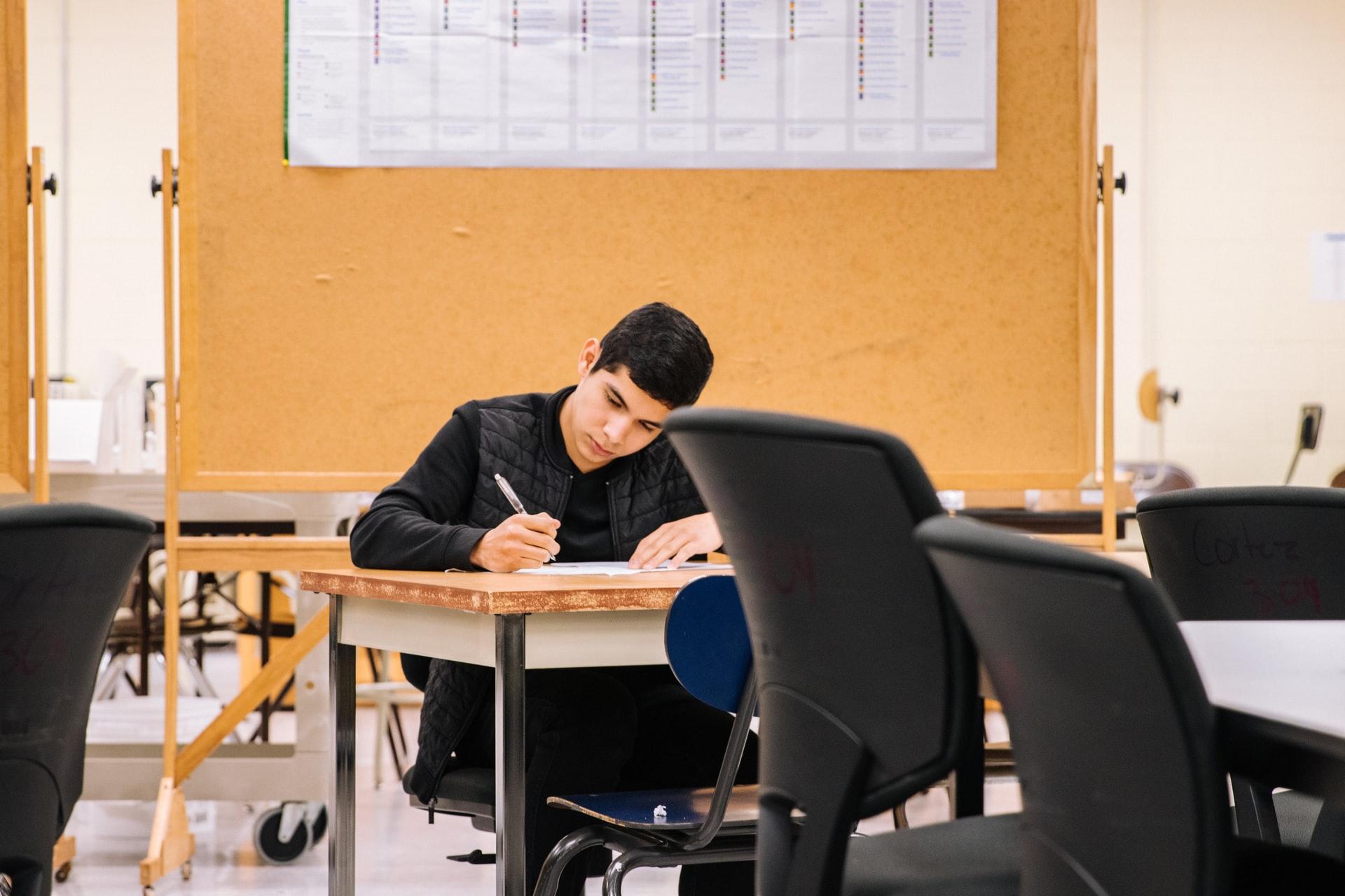 教室で自習する生徒