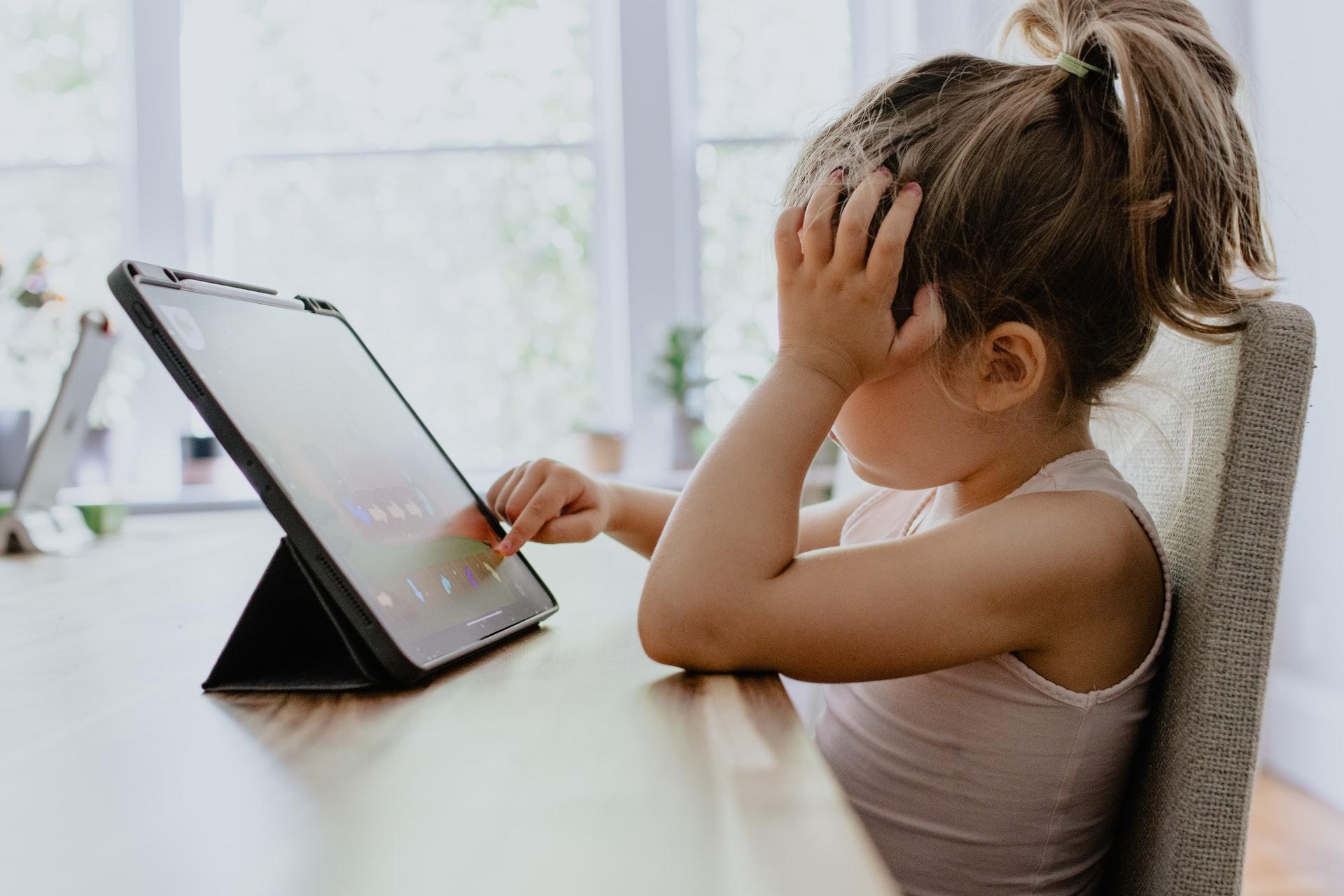 タブレットを操作する少女