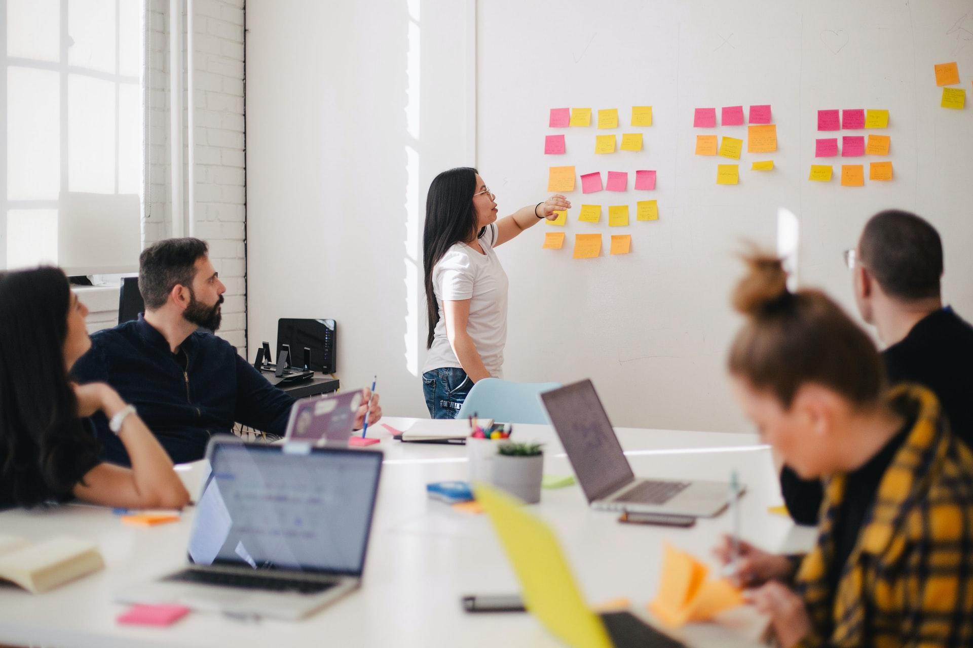 システム構築のための会議のシーン