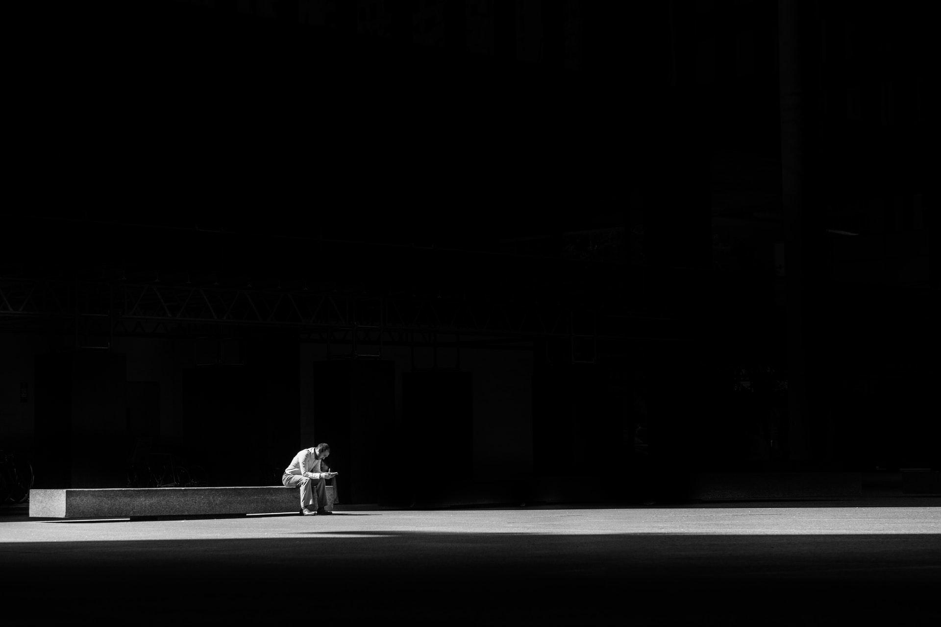 孤独に勉強する人