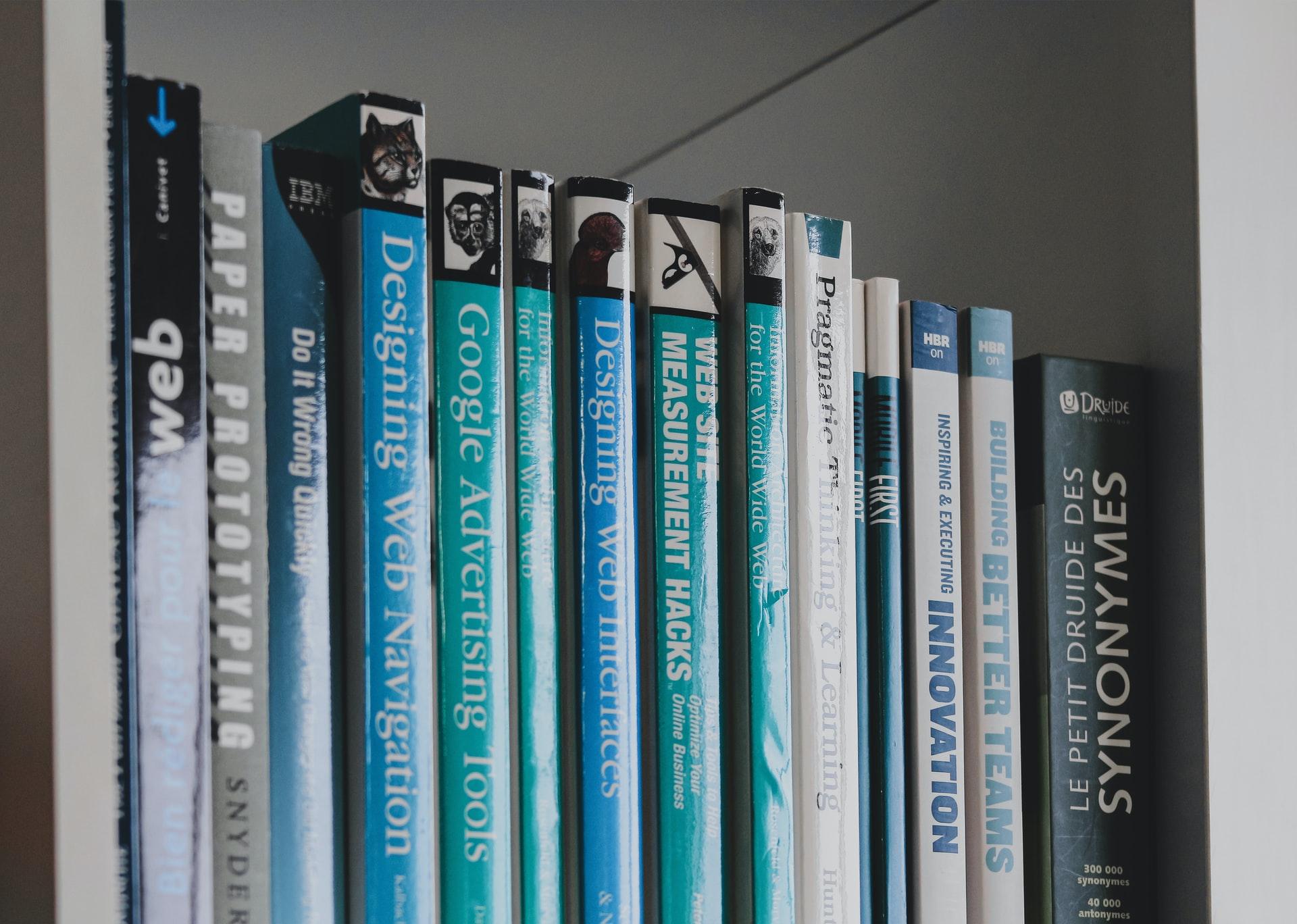本棚に並んだたくさんのプログラミングの参考書