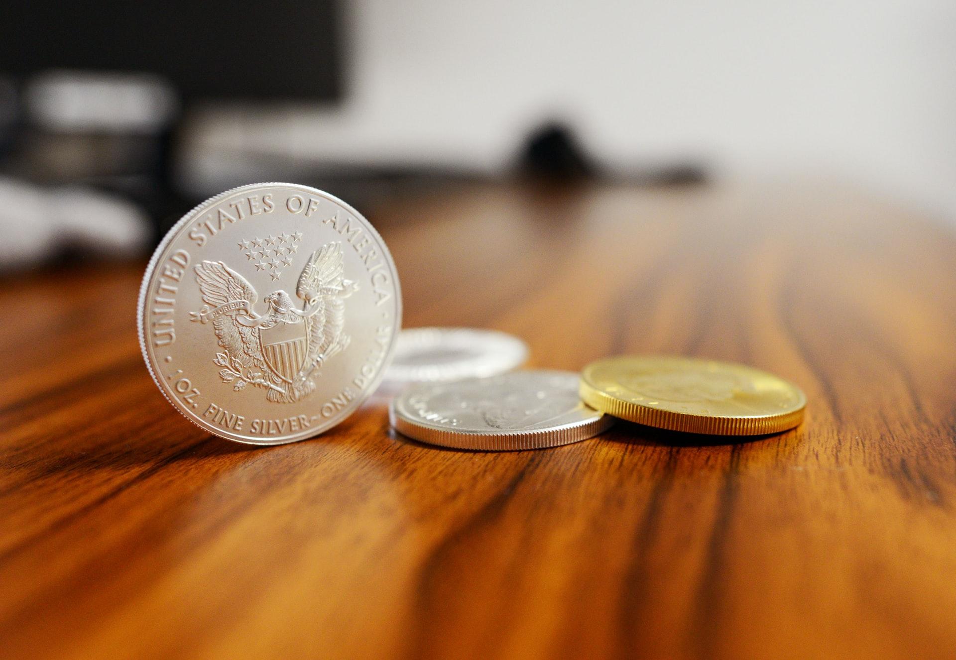 机に置かれた小銭