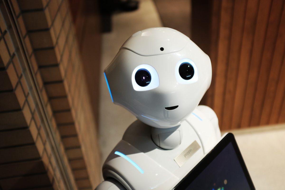 こちらを向いているロボット