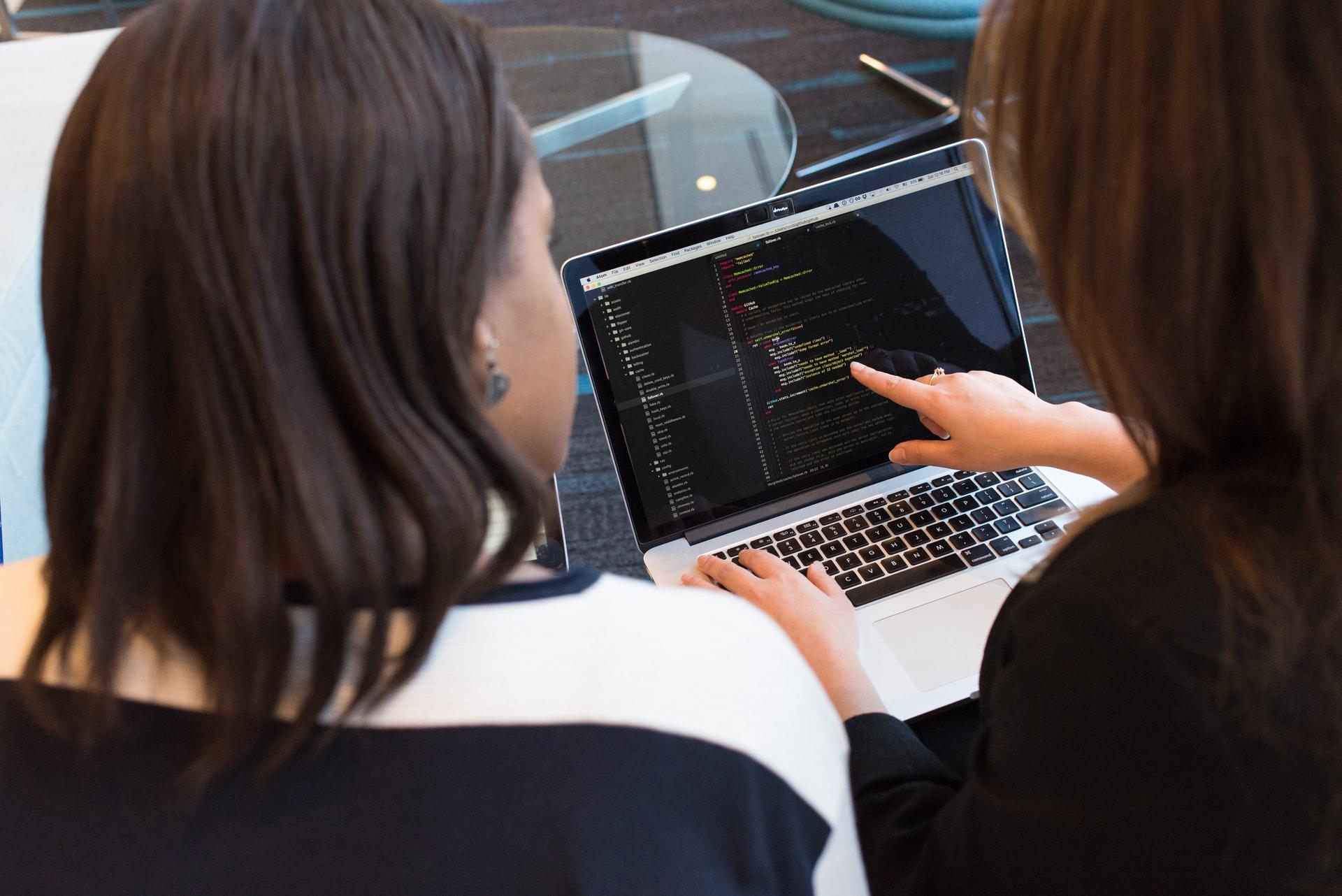 プログラミングを学習する二人