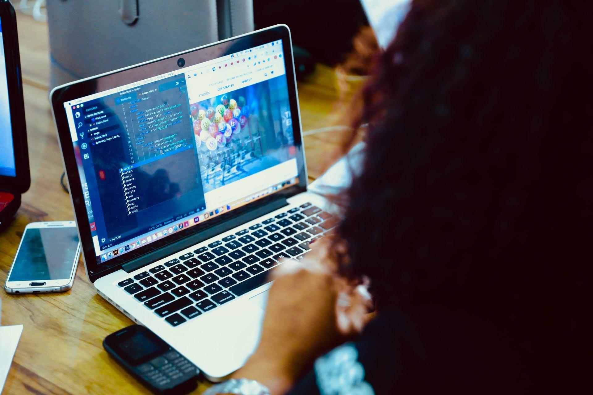 HTMLとCSSの作業をする人