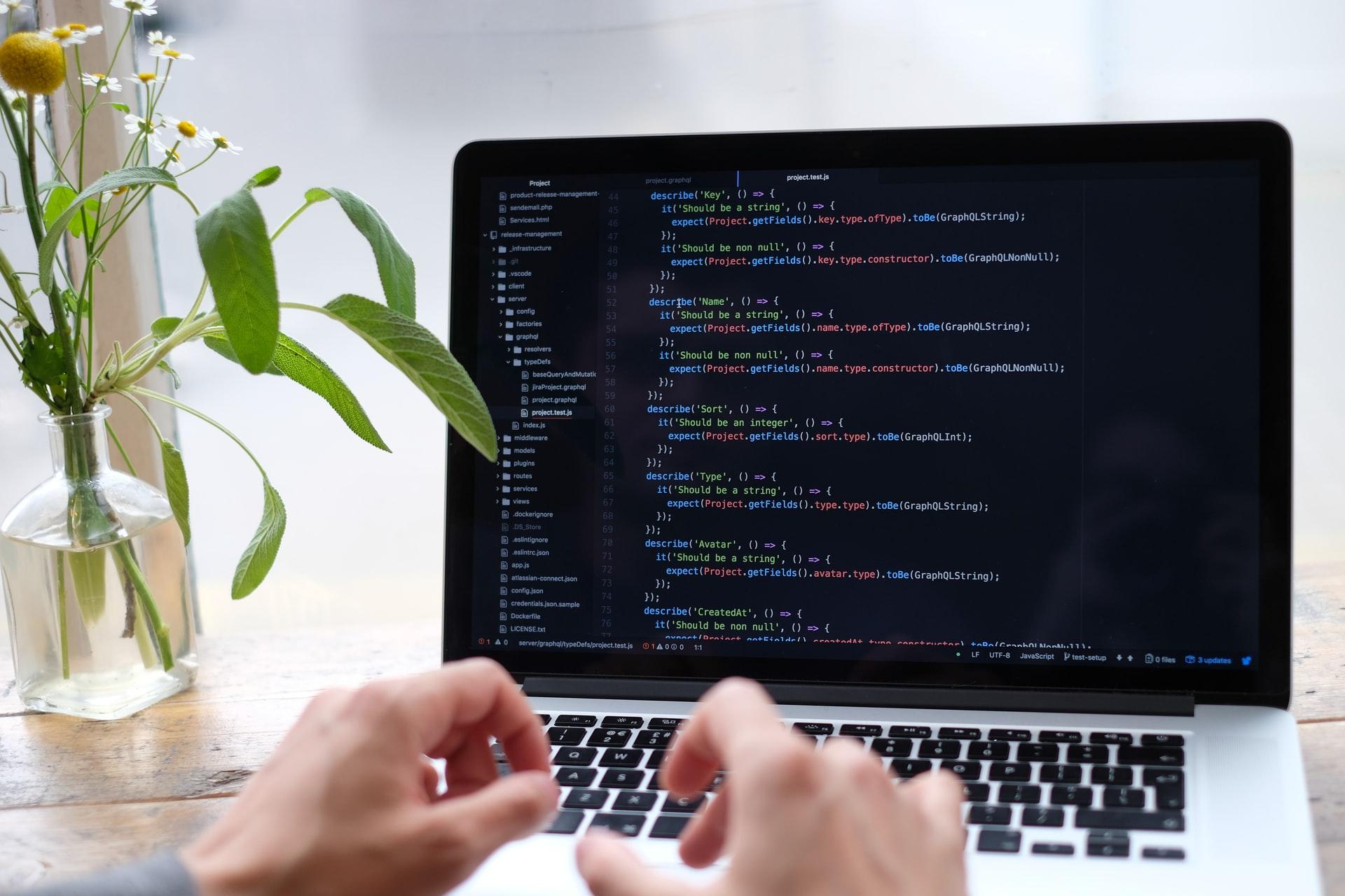 プログラミング作業に勤しむ人