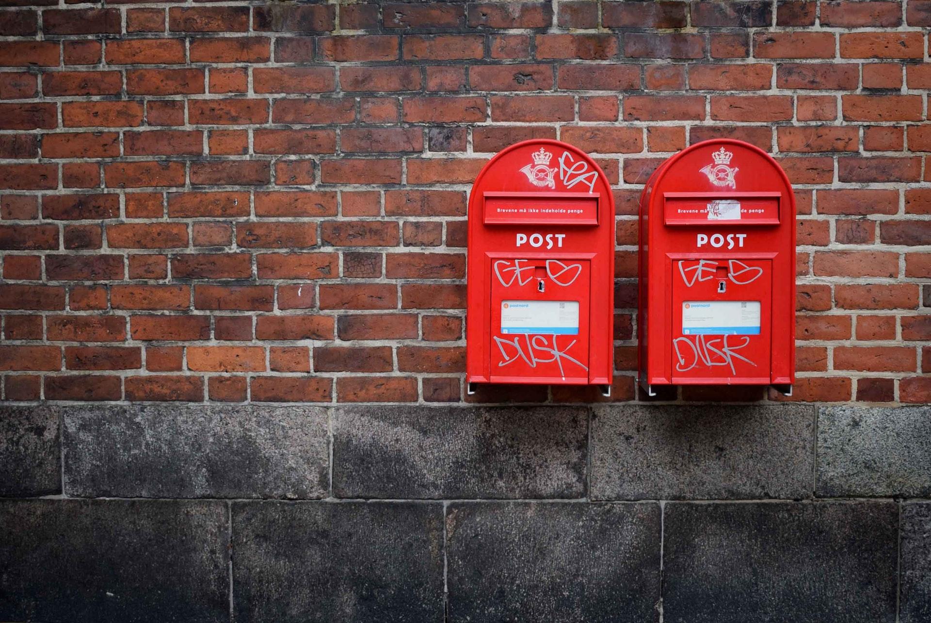 住所を示す郵便ポストの写真