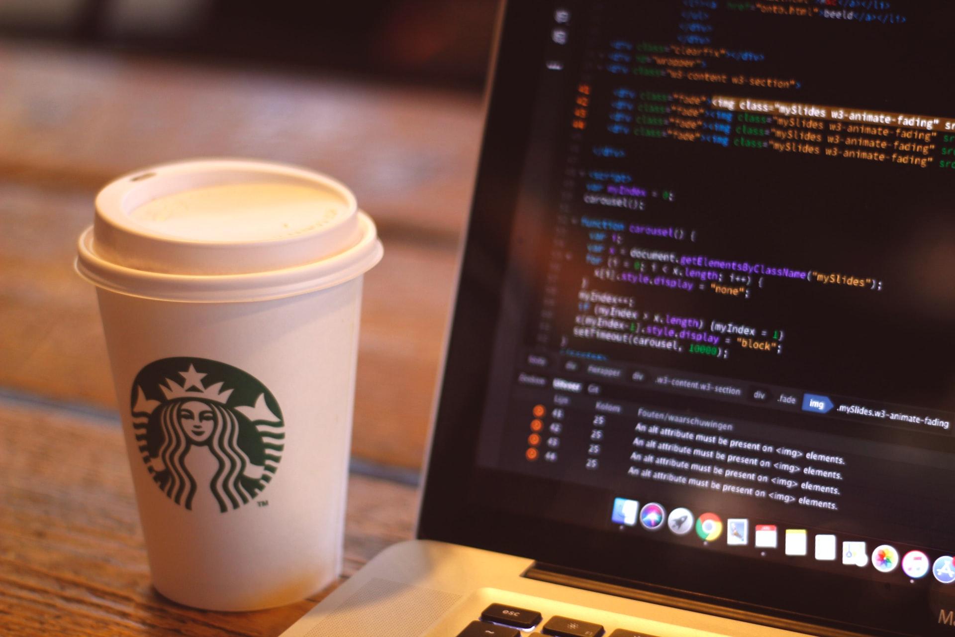 カフェでパソコン作業する人