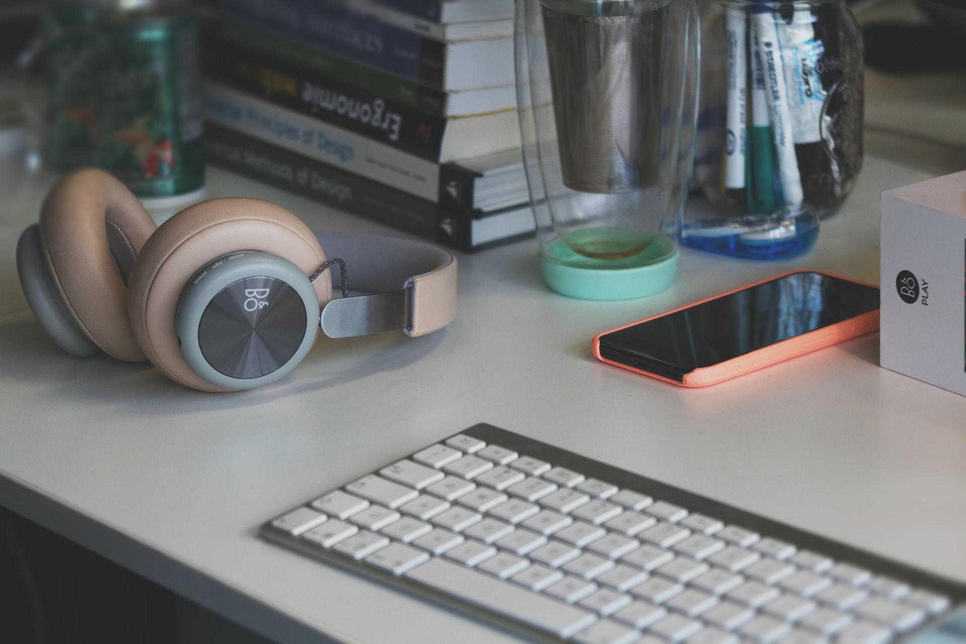 デスクの上のパソコンとスマホ