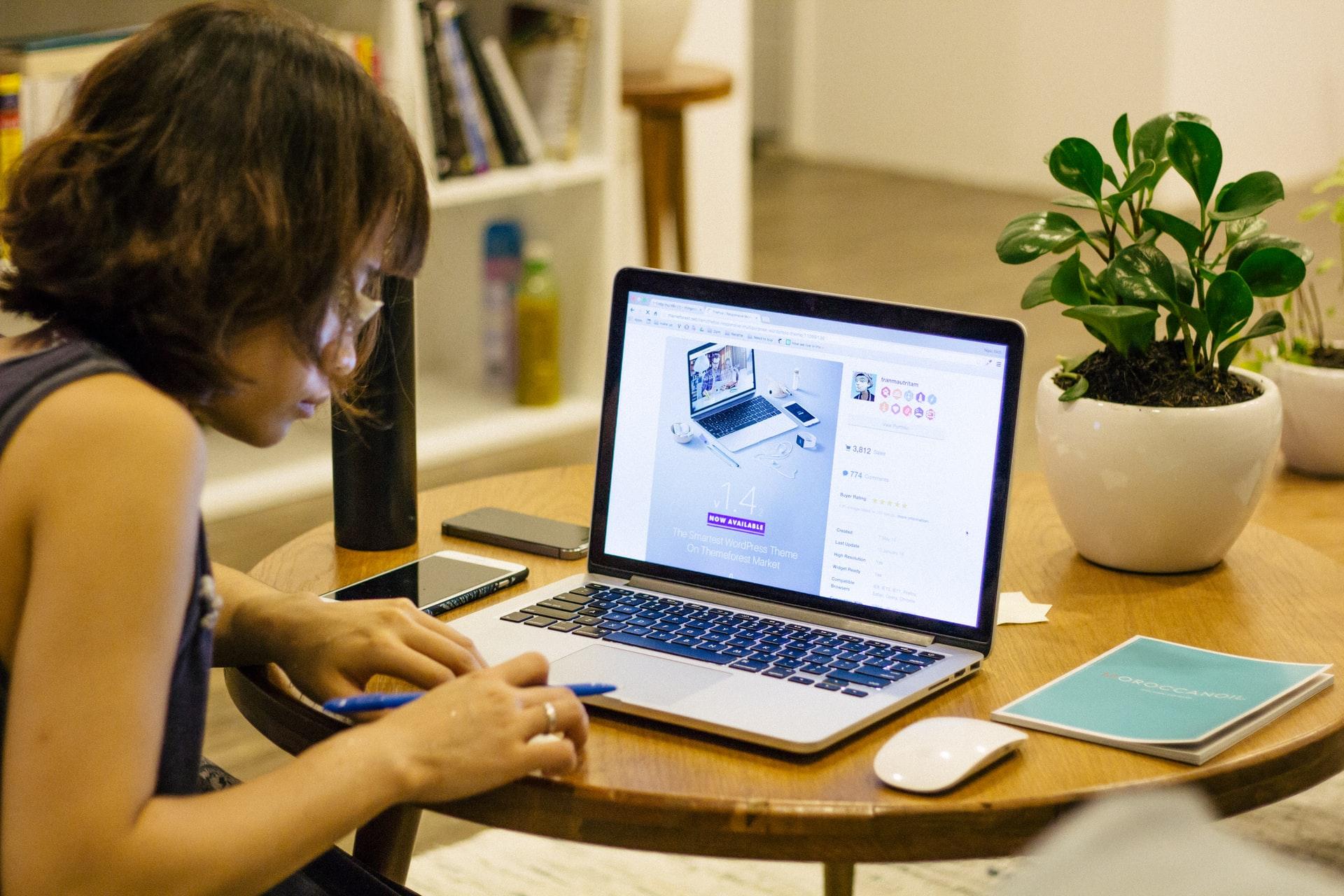 プログラミングをパソコンで学ぶ女性