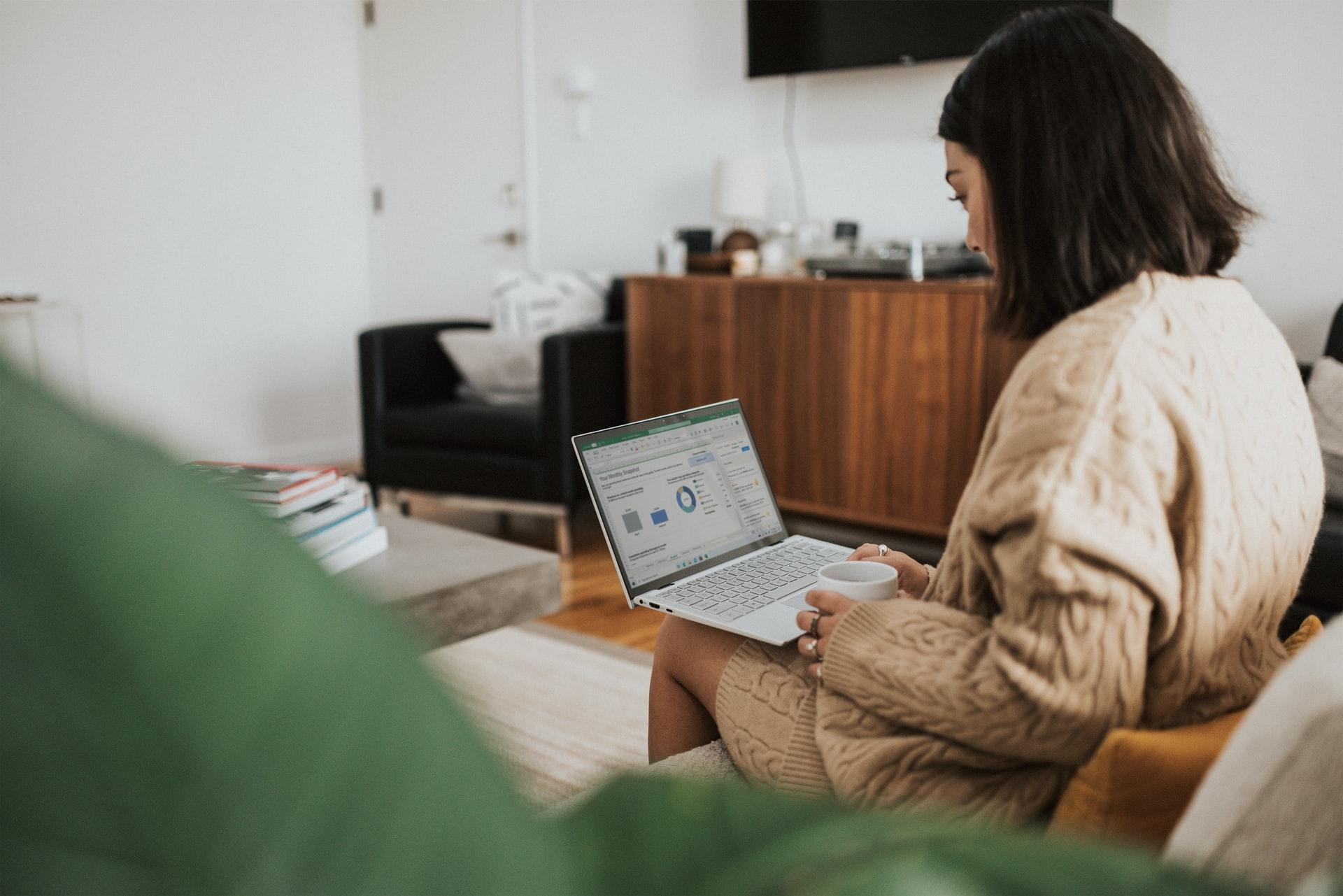 オンラインでプログラミングを学ぶ女性