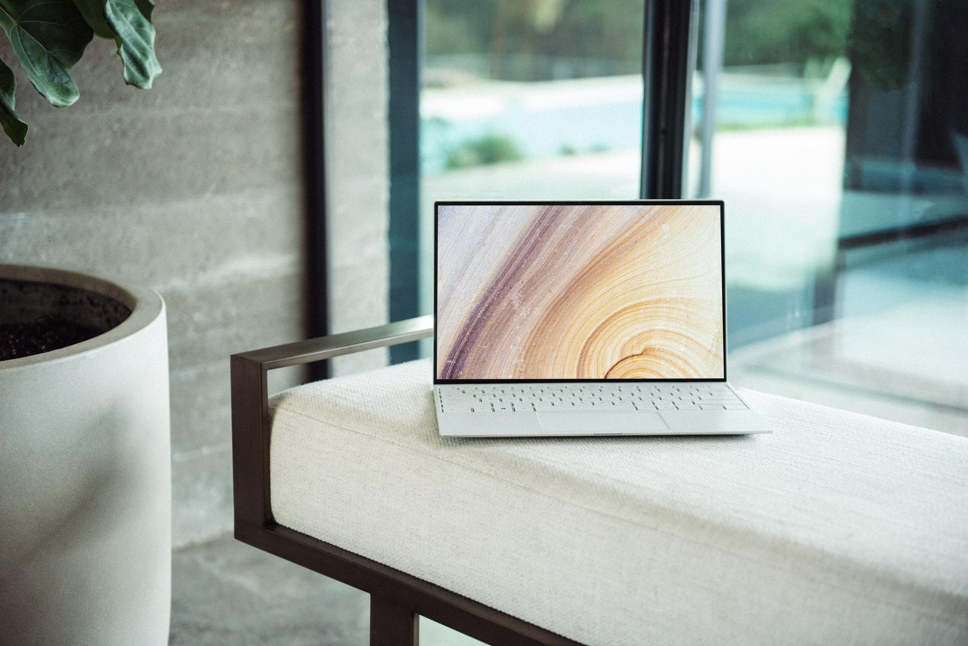 机の上に置かれたサーバーと繋がっているパソコン