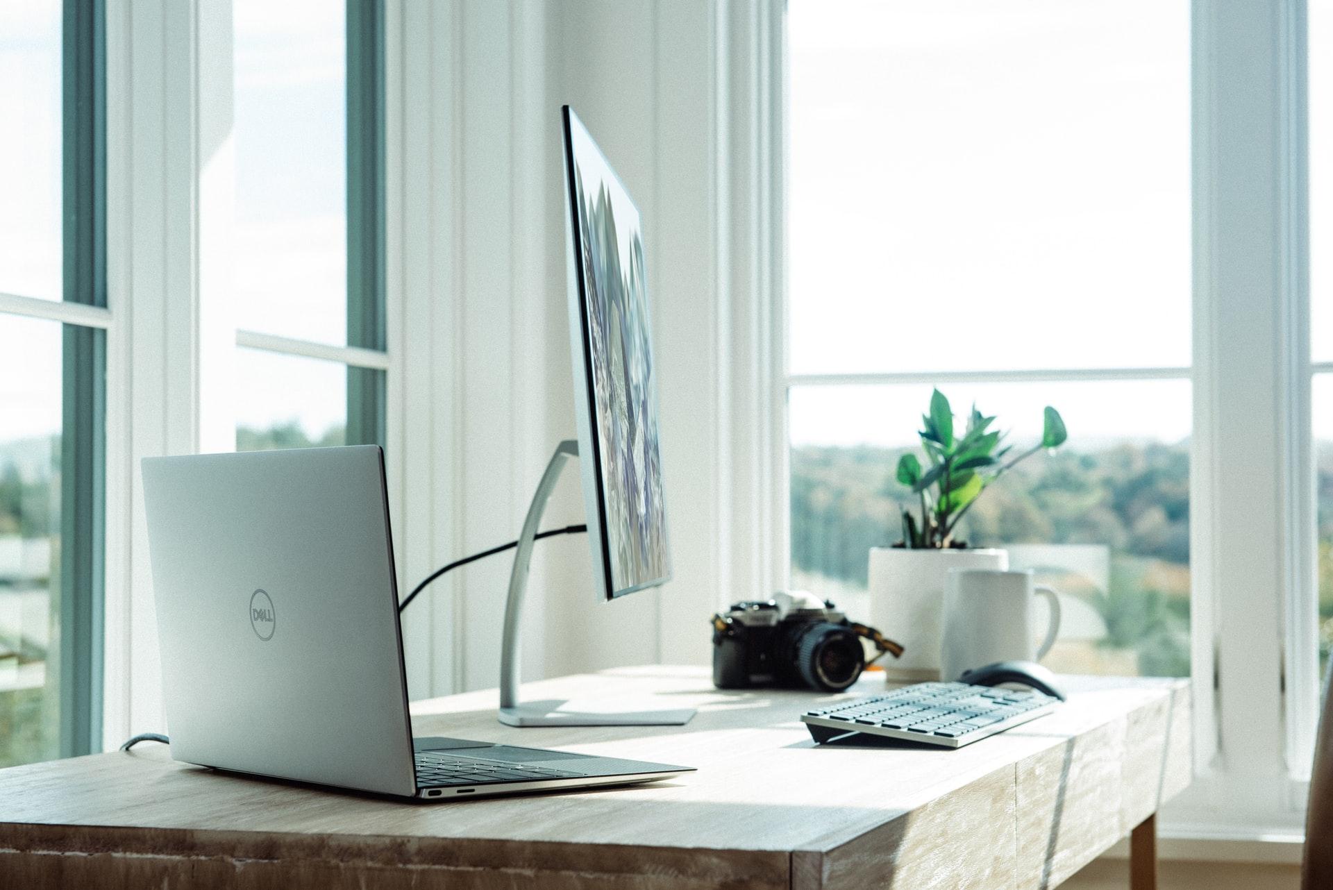 大きなモニターとノートパソコン