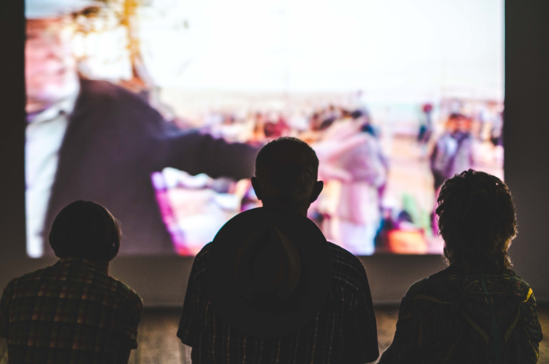映画のスクリーンを観る子供たち