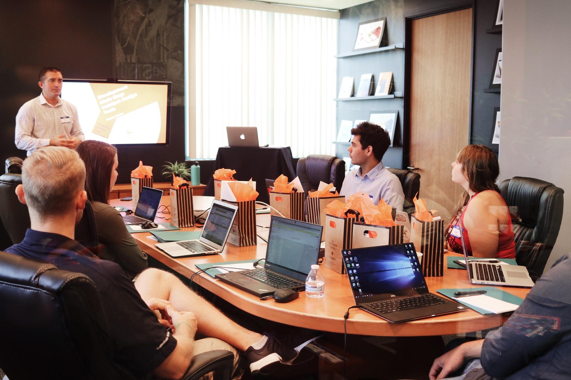 会社で会議中のWEB制作チーム