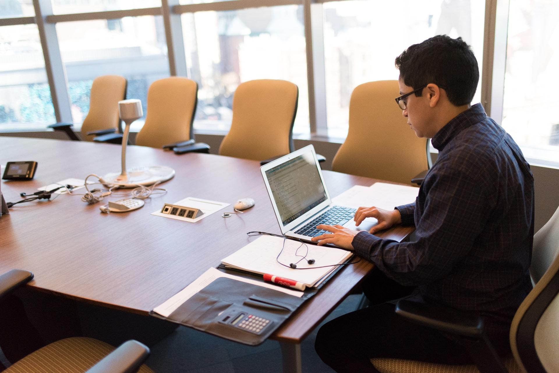 会議室でプログラミングもこなすエンジニア