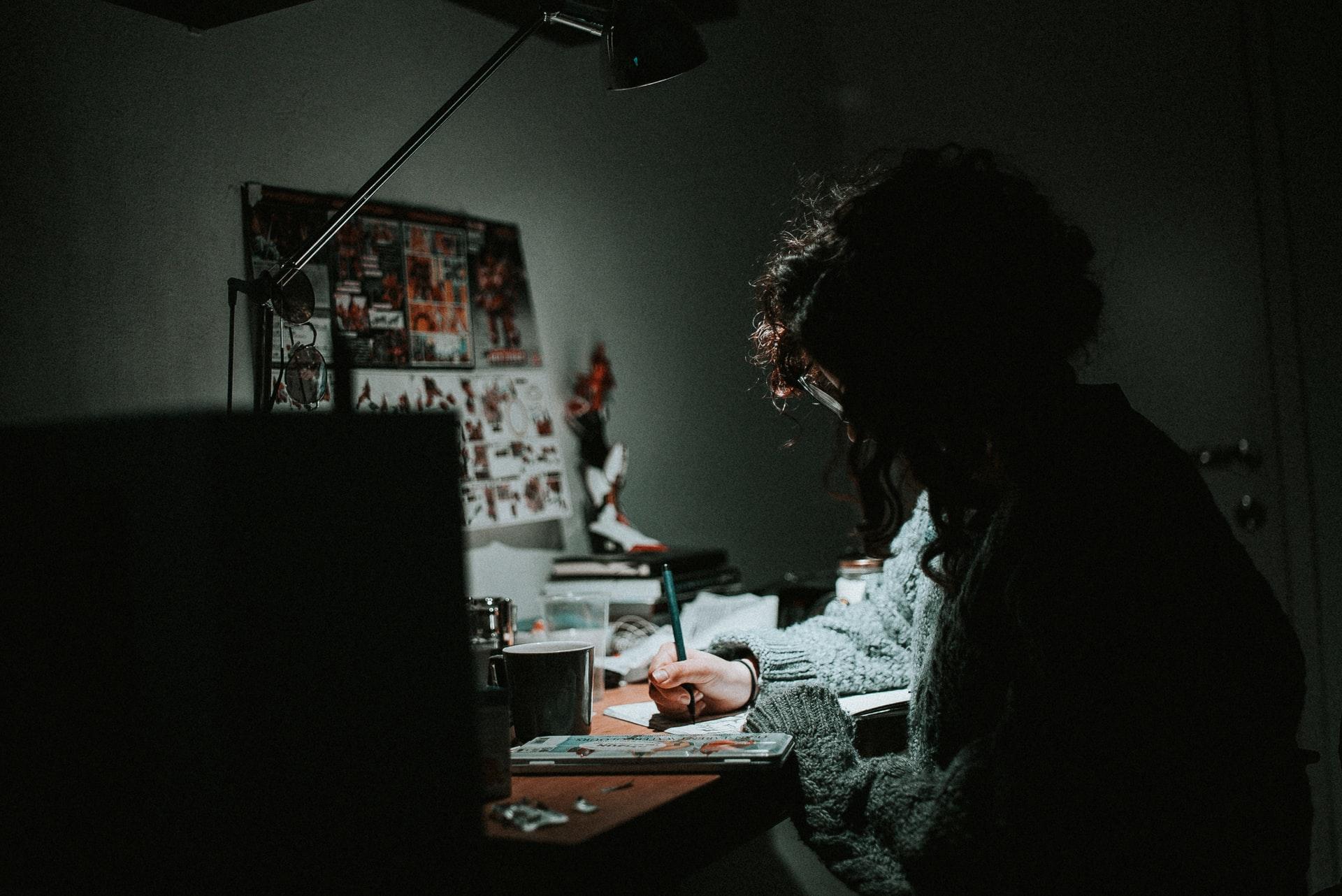 暗闇でプログラミングを勉強する初心者