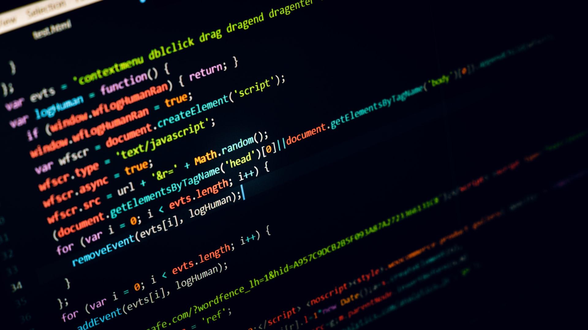 CSSのコードが映ったモニター