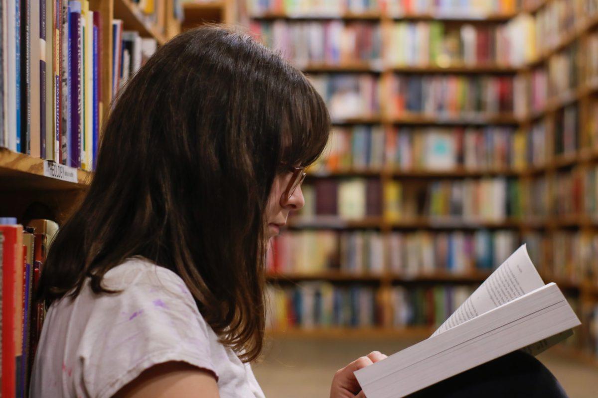 勉強する女性の横顔