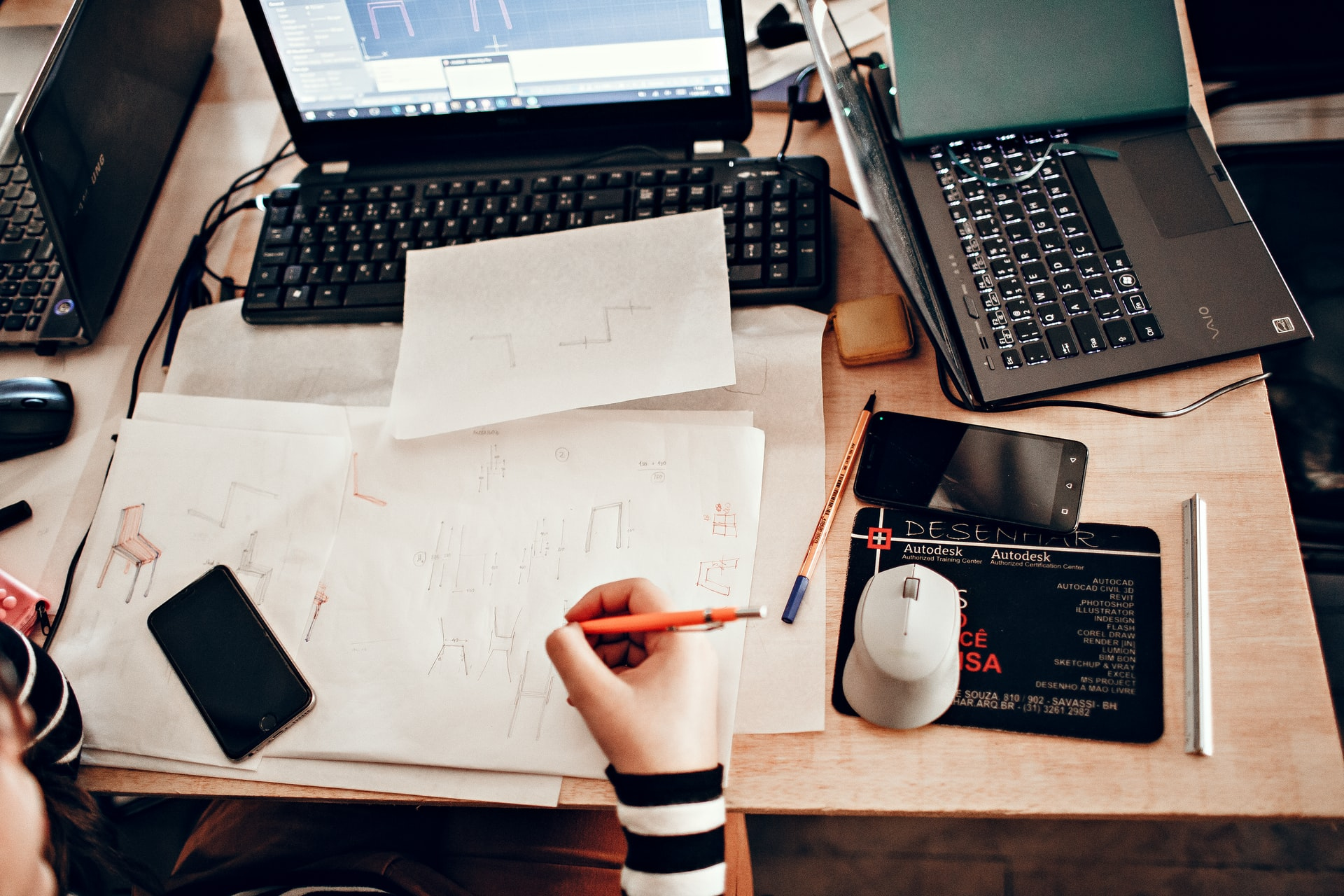 WEB制作の勉強をする初心者の生徒の机