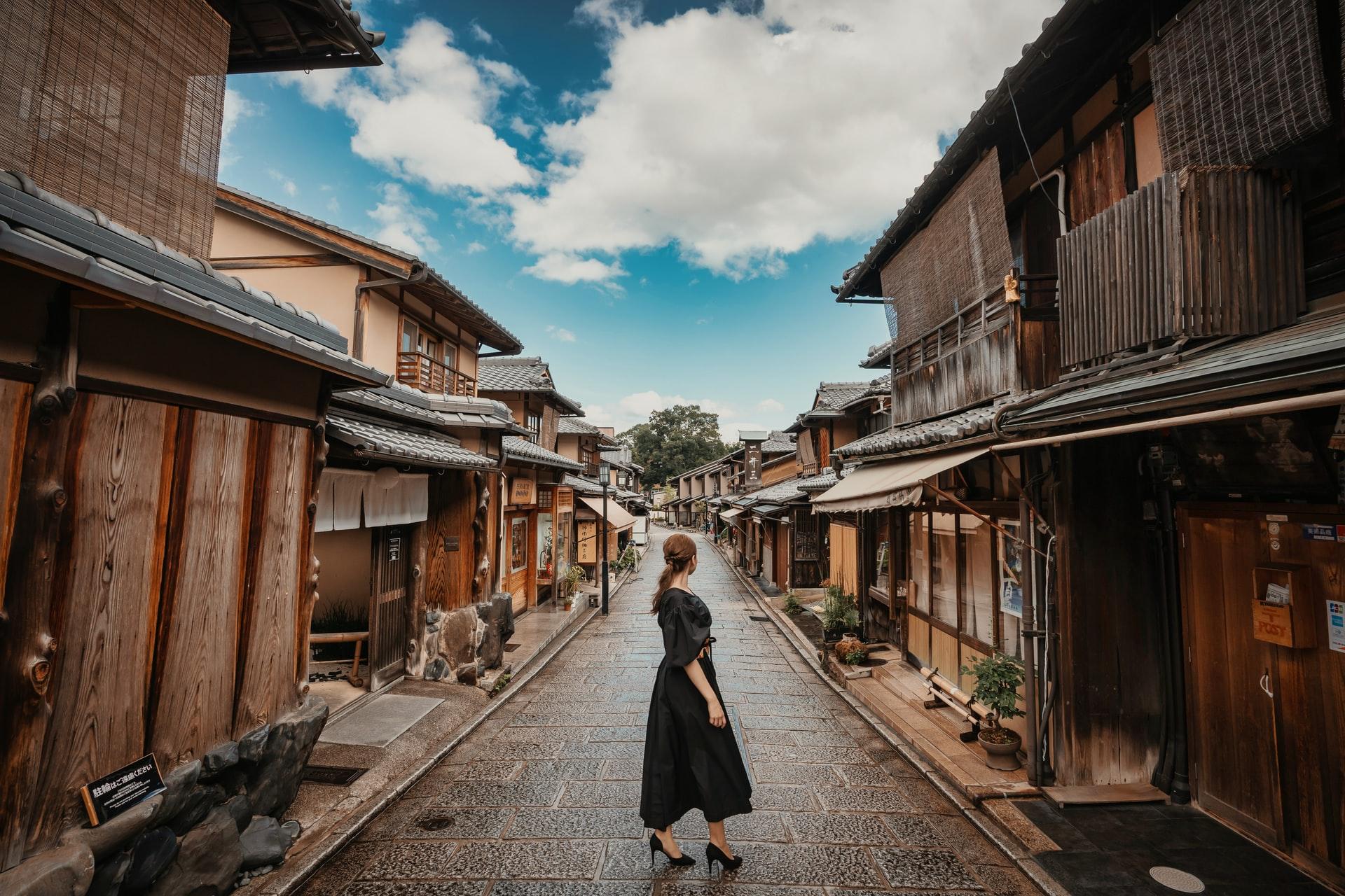 自分の町の立つ女性