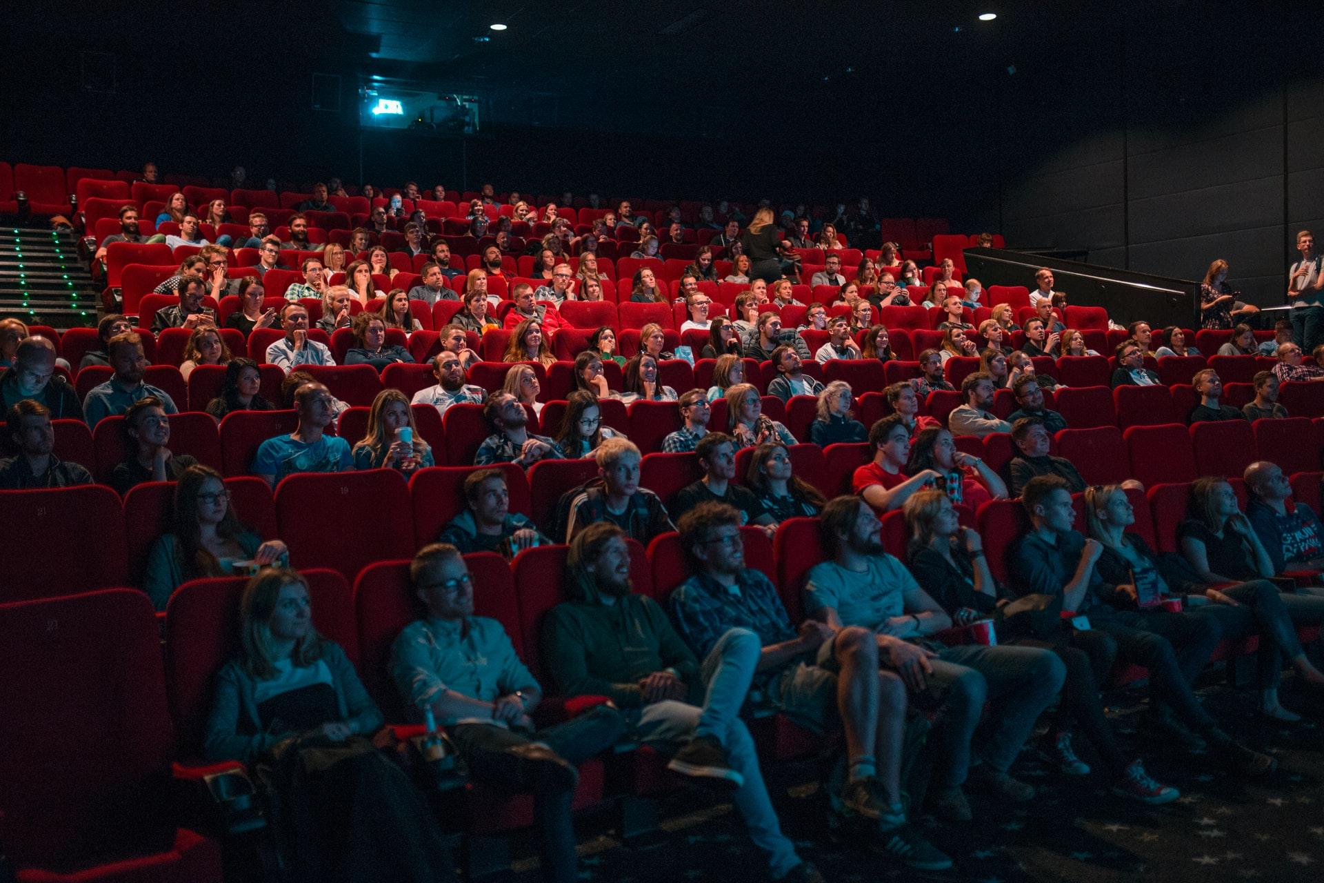 映画館で映画を観る観客たち