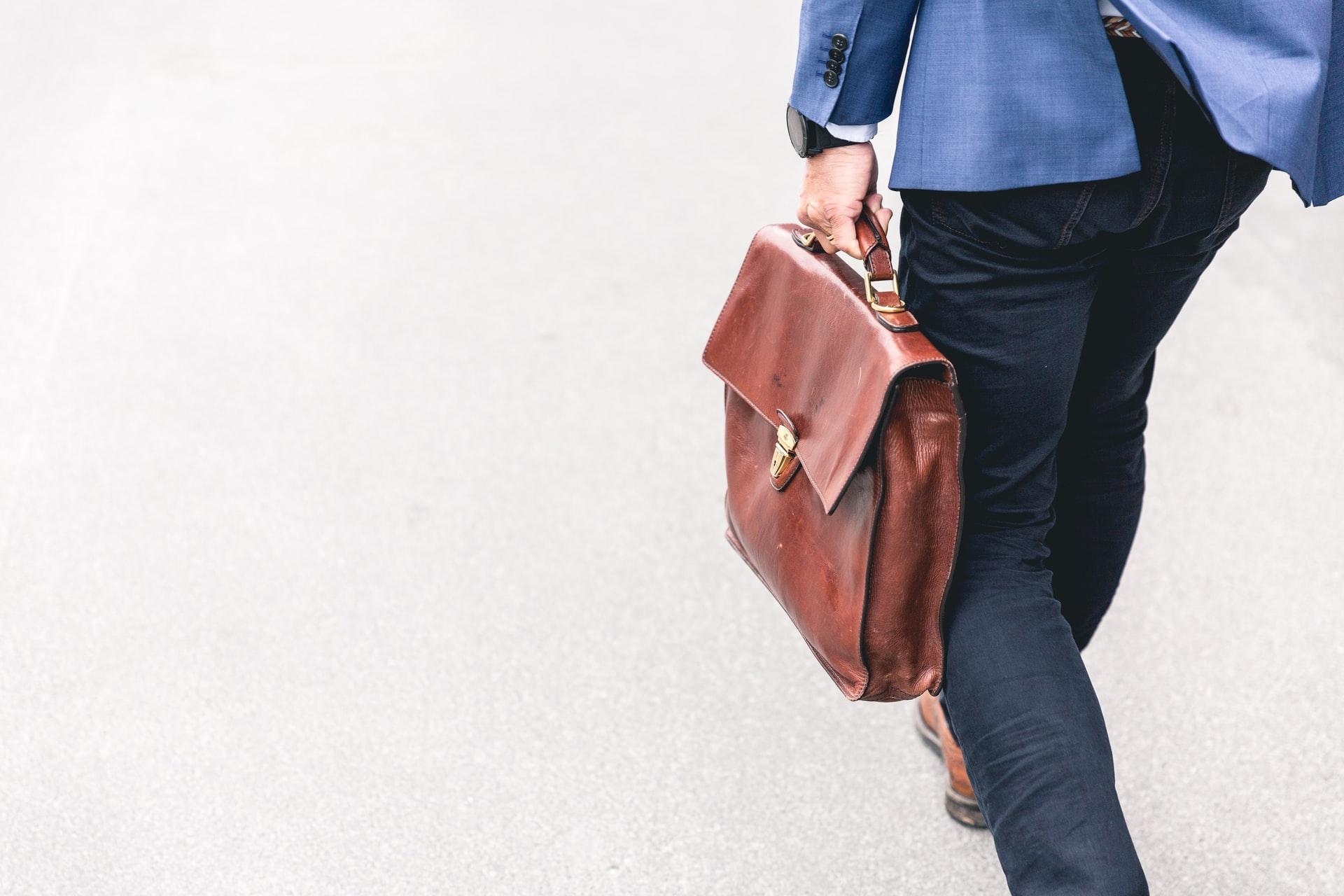 バッグを持って闊歩する起業家