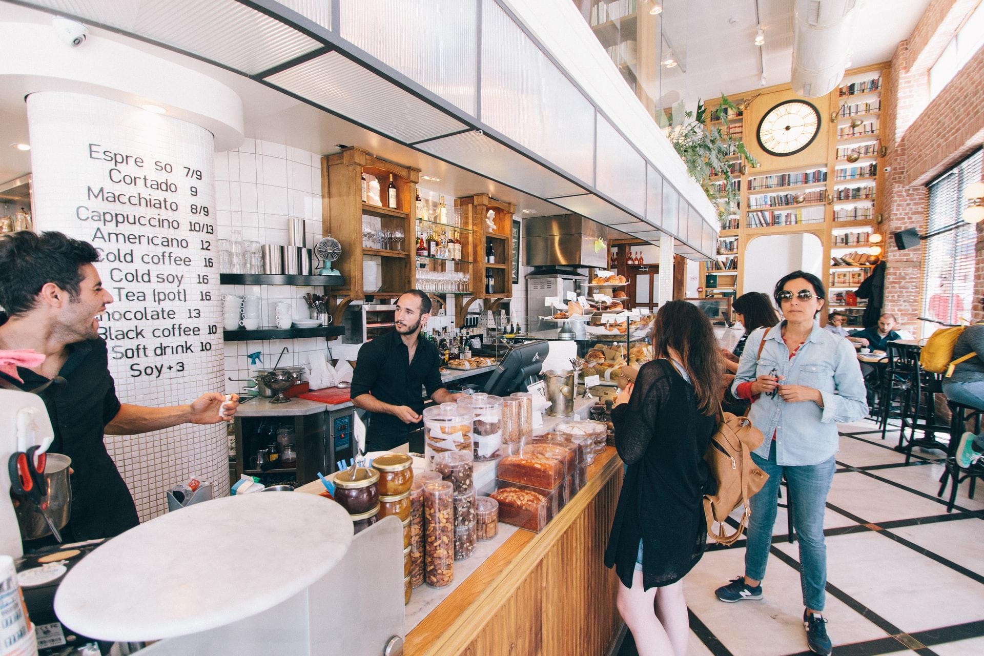 客で混むカフェ