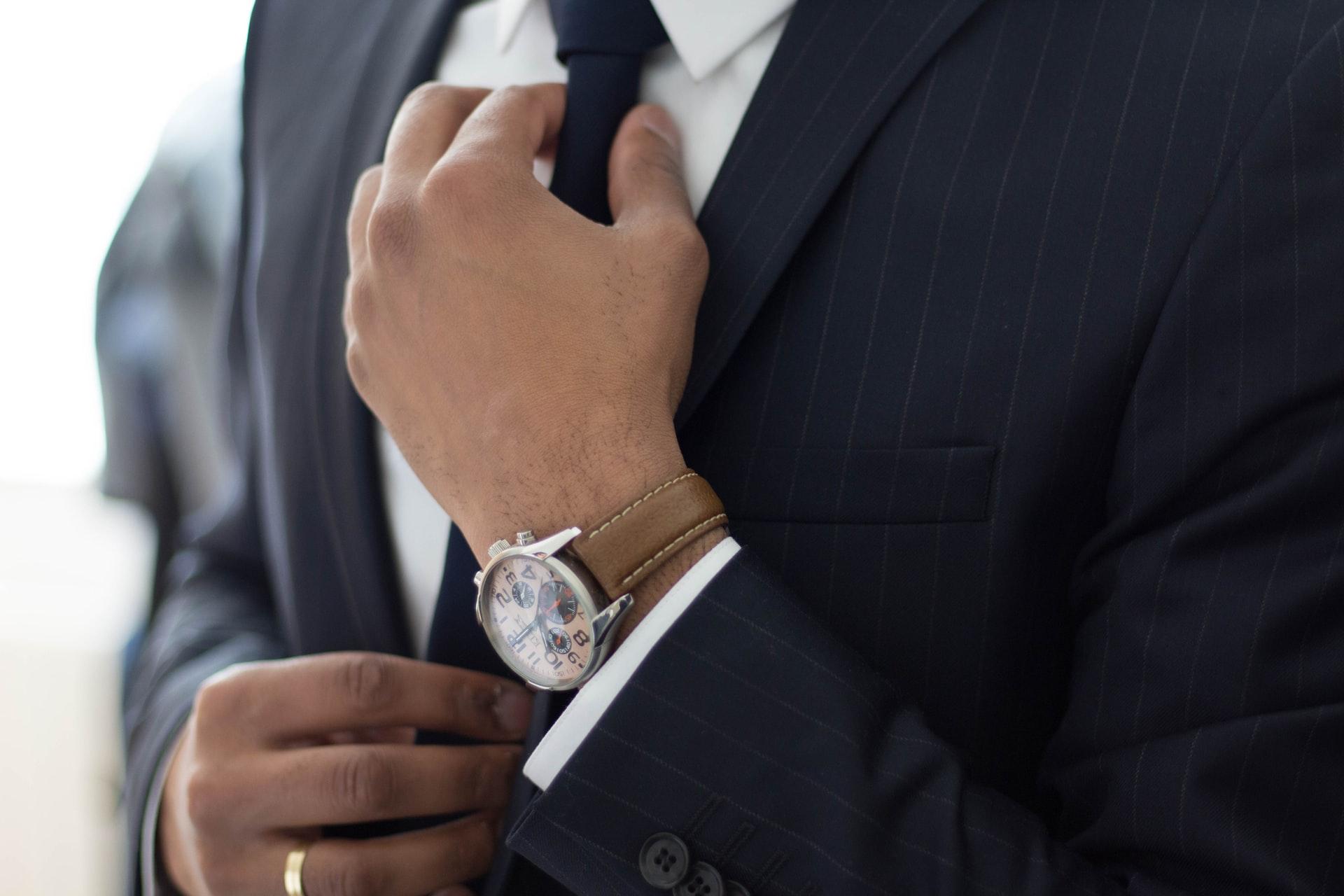 ネクタイを結ぶ起業家