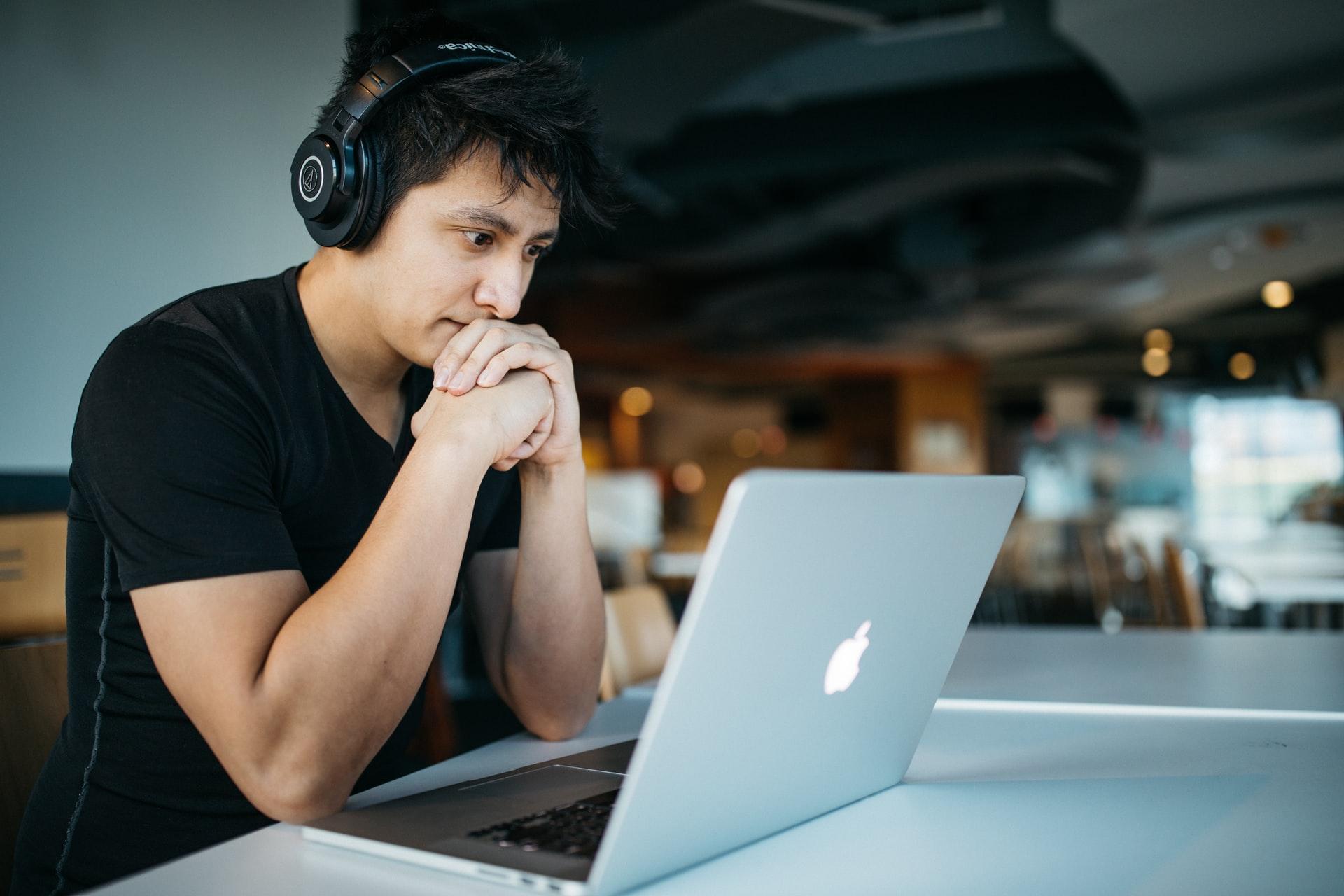 オンラインでプログラミングを学ぶ人