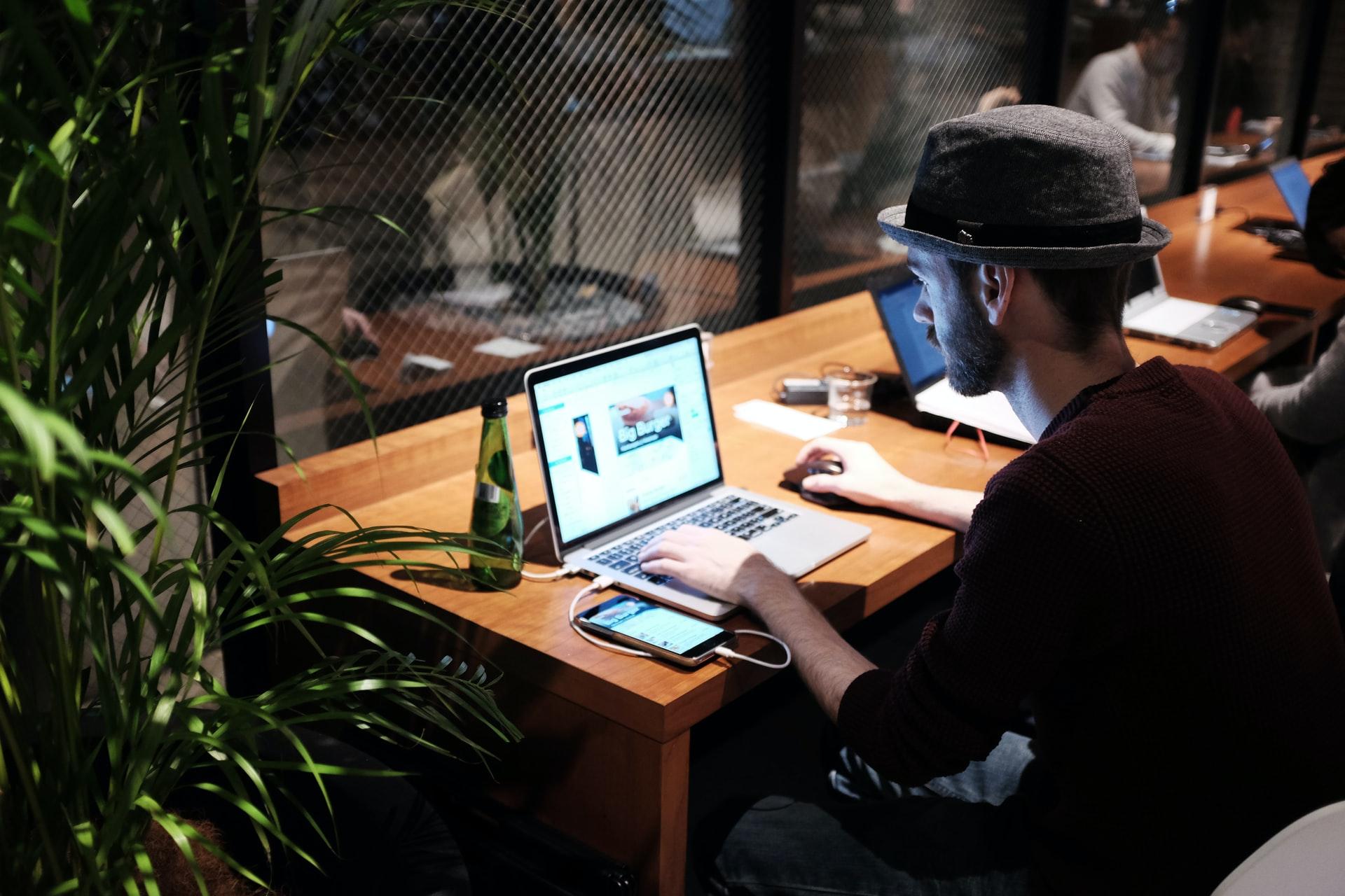 カフェでインターネットをする人