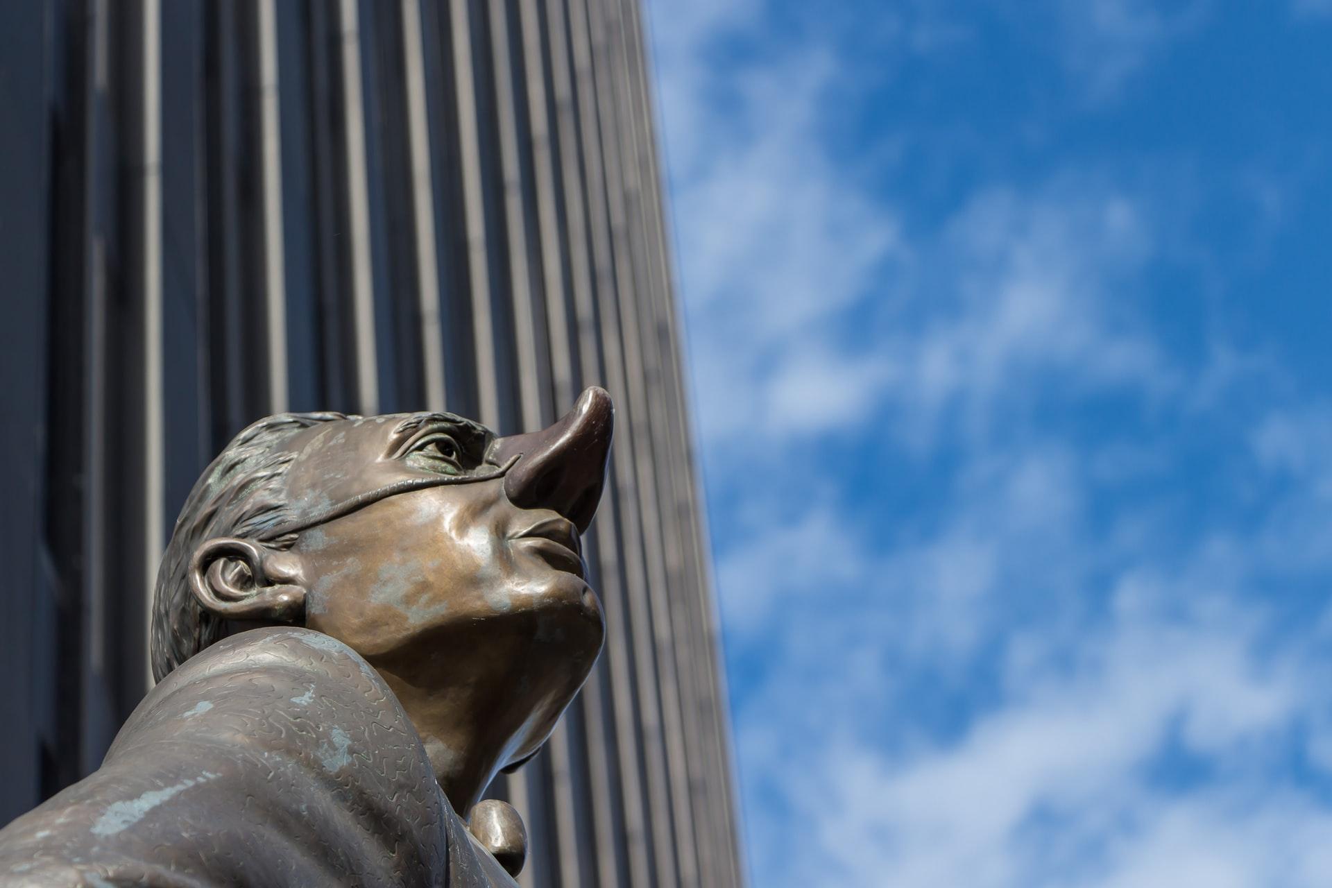 鼻の高々に自慢気な顔の銅像