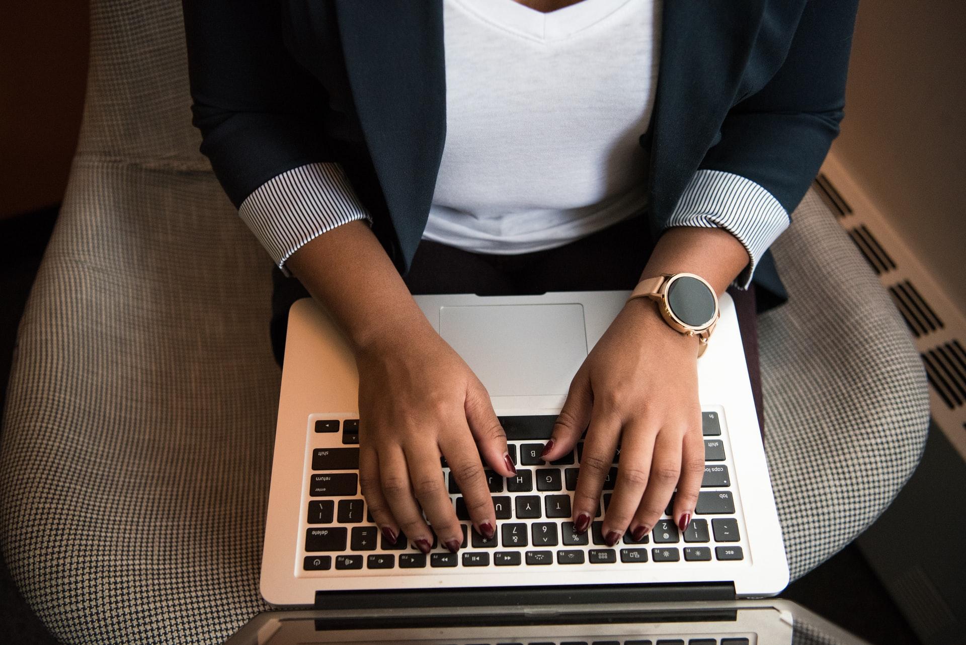 パソコンを操る起業家