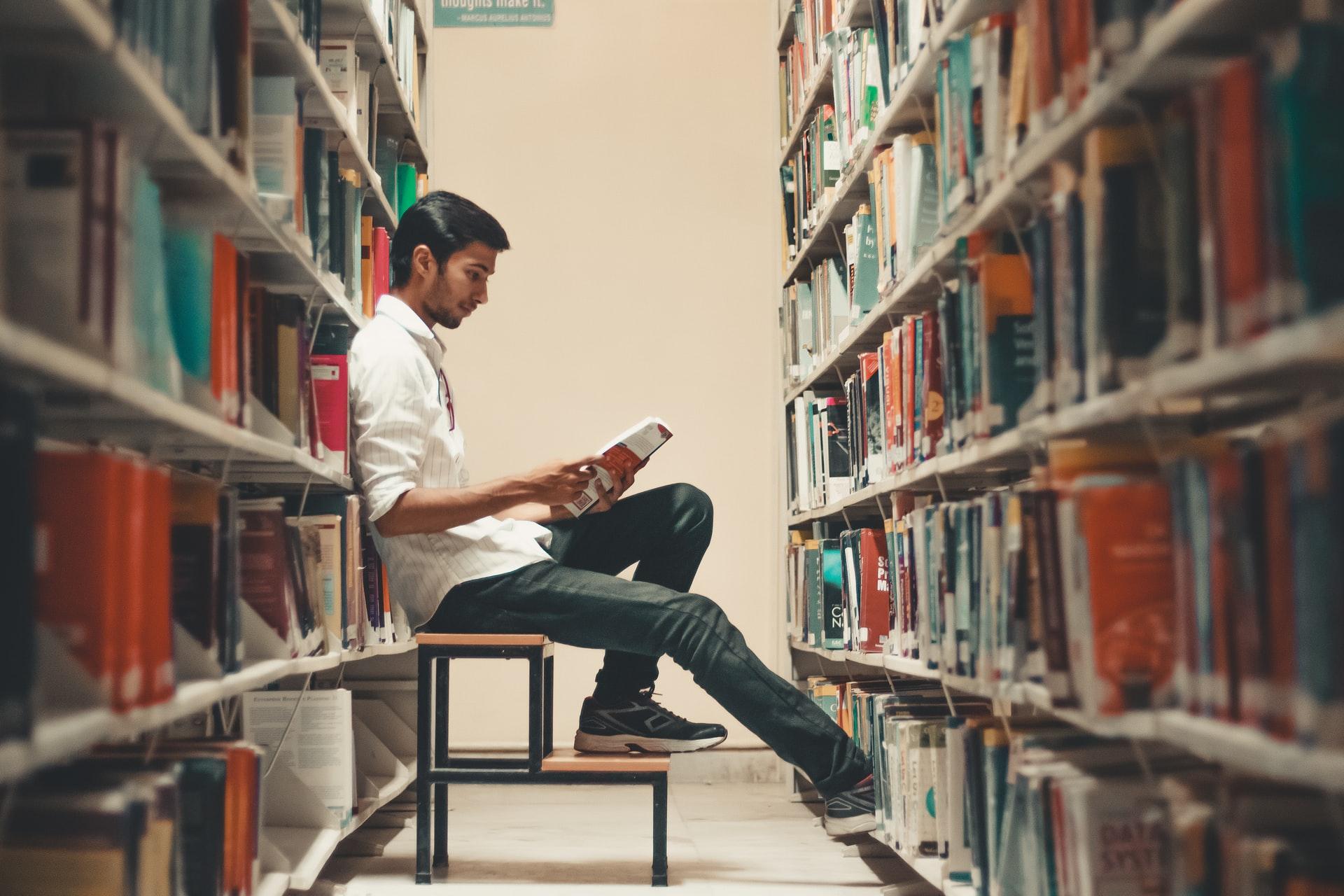 図書館で勉強するプログラミング初心者