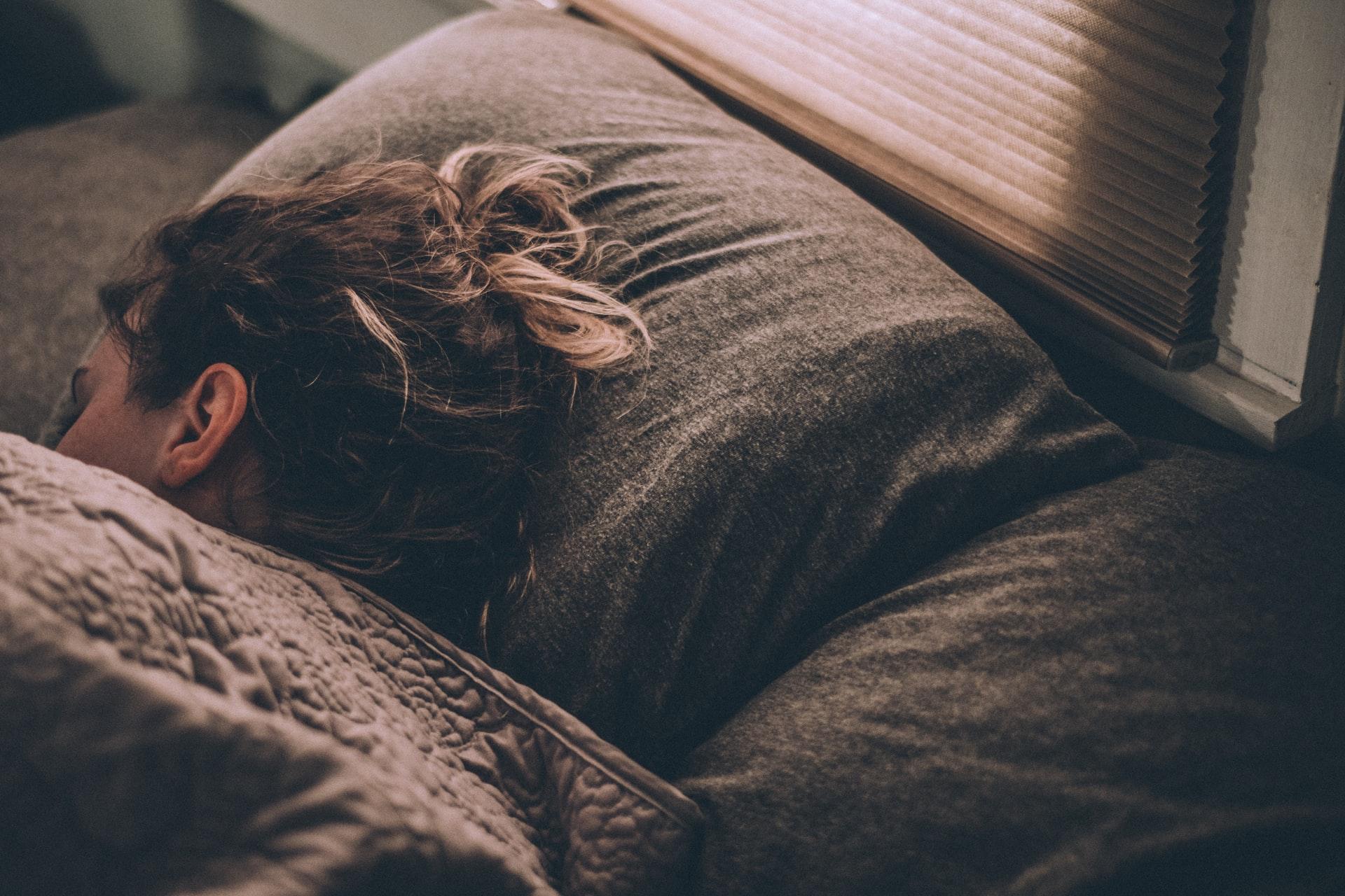 ベッドで眠るエンジニア