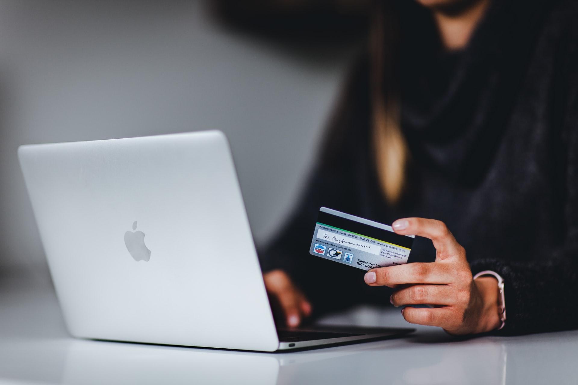 クレジットカードで入金しようとする人